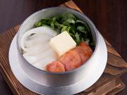 ふっくら炊きたてのご飯と濃厚な明太子がベストマッチ。新鮮な天然イカの食感とバターのコクが美味しさを引き立てます。特製の出汁を加えて、お茶漬け風にして食べても美味。