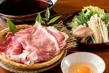 牛、豚、鶏、野菜、こだわりの国産食材を特製だしと卵でいただく『薫海の特製 すきしゃぶ』