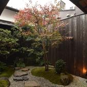 京都市歴史的建造物に指定されている、趣ある町家づくりの店内