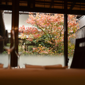 窓の外に季節の移ろいを感じる個室からの眺め