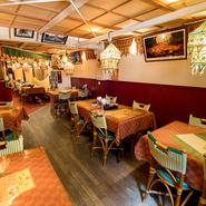 インドの照明が飾られた店内は、まるで異国にいるような気分にさせてくれます。居心地のよい空間は、デートでも利用したくなる雰囲気。ディナータイムに楽しむなら『特別セット』がオススメです。
