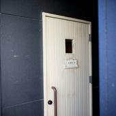 黒い壁に白いドアがお出迎え