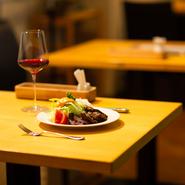 ワインは赤と白、それぞれ2種類ずつ。山形のワイナリーのものを味わうことができ、どれも料理によく合います。