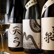 洋食にはワインと思い込んでいませんか? 実は日本酒との相性がとてもいいんです。チーズ、肉、白身魚などは日本酒とのペアリングが楽しめる食材。ぜひ日本酒と洋食の新しい出会いを見つけてみてください。