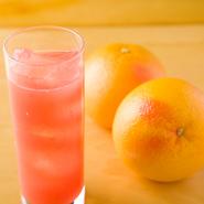 グレープフルーツ、りんご、パインなどの生ジュースは、注文を受けてから一杯ずつしぼる新鮮ジュース。水を加えて薄めるジュースとはひと味もふた味も違う、濃厚でフレッシュな味わいが楽しめます。