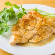 柔らかくて美味しい山形さくらんぼ鶏のムネ肉をバターしょうゆ味にグリル。隠し味にちょっと生姜を入れ、香りとキレをプラス。とかくパサつく印象のあるムネ肉が驚くほどジューシーに!