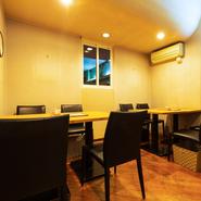 店内はベーシックな色を基調とした落ち着ける空間。食事をしながらくつろぎのひとときが過ごせます。