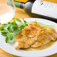 さくらんぼの果汁と飼料米「ふくひびき」を餌に育てた『山形さくらんぼ鶏』は、清潔に配慮して飼育された安全・安心な鶏肉です。ジューシーかつふっくら柔らかな味わいはどの料理にもよく合います。