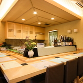 和のエッセンスをちりばめた空間で、目で見て味わう料理と酒