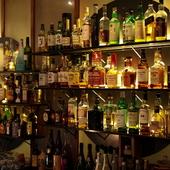 カクテルやウイスキーなど、多彩なドリンクを楽しめる