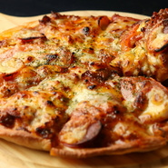 【Zorome】のピザは生地に米粉を使用。外側はカリッと、内側はモチッとした独特の食感が堪りません。写真は『ミックスピッツァ』ですが、【Zorome】のピザはいずれもおすすめ。その味をお店で満喫あれ。