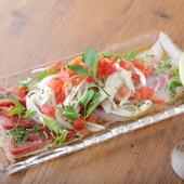 肉メニューと並んで人気が高い『海鮮カルパッチョ』