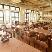 気分華やぐ、開放感抜群のビュッフェレストラン