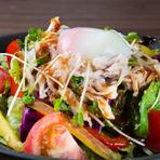 新鮮な野菜をたっぷりと『天匠の蒸し鶏和風サラダ』