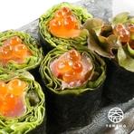 海苔巻き 海鮮サラダ(いくらのせ)