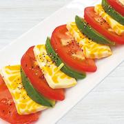トマト&チーズ&アボカド バジルソースをかけてどうぞ。