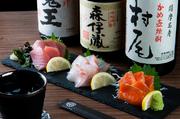 鮮魚は毎日市場から仕入れているそう。仕入れた魚からさらに吟味された3種を味を愉しむことができます。脂ののったマグロや口の中でとろけるサーモン… お刺身から季節を感じ、旬ならではの旨みを味わえます。