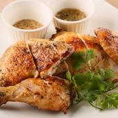 こぶりな青森県産の丸鶏を、絶妙な火加減で焼き上げたダイナミックな一品『丸鶏 半身焼』