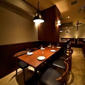 おちついた雰囲気のテーブル席、のんびり大人デート