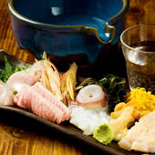 活きの良い各地の鮮魚が数種類! 日本酒が進む『刺し盛り』