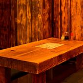真っすぐな木目が美しい秋田杉のテーブル、壁