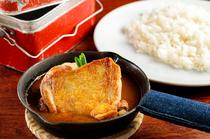 皮目をパリッと身はふっくらと焼き上げた『若鶏カリー』は創業当時の味わい