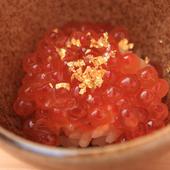 出汁で漬けたイクラと赤シャリが相性抜群『イクラの小丼 ゆずと金箔のせ』