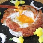 特製ジュレと卵をからめながら食べるパリパリ餃子は絶品!