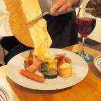 アルプスの少女ハイジに出てくるラクレット。昔羊飼いが半分に切ったチーズを焚火で炙って食べた事がもとになっている素朴な料理。チーズフォンデュと並ぶスイスを代表するチーズ料理です。熱を加える事でまろやかに