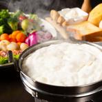 福山では珍しいチーズフォンデュは必須。数種類のこだわりチーズとクリームが使われた、口どけと食感、見ためを楽しめる逸品です。はじめはふわふわしたクリーム、後は濃厚なチーズの味わいがします。
