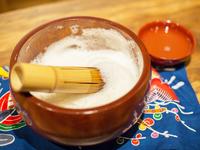 沖縄本島でお祝いごとの際親しまれてきたお茶。白米とさんぴん茶でつくる泡が特徴的です。