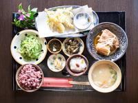 主菜3品と小鉢4品にミニアイス付きの御膳。ゴーヤチャンプルー、「キビまる豚」の本ソーキ・軟骨ソーキ、「琉香豚」のラフテー、海老と季節野菜の沖縄風天ぷら、いなむどぅちなど沖縄の郷土料理を一度に楽しめます。