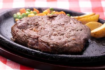 食べ応え十分! ガーリックの風味がきいた『オリジナルステーキ(特製タレ漬)』300g