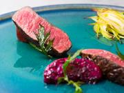 日本中の名だたる名シェフが取引する、精肉店「サカエヤ」さん。熟成のプロによって仕上げられたお肉を、細心の注意を払い火入れ。「ジビーフ」や「愛農ナチュラルポーク」など、希少なお肉を楽しめます。