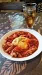 若鶏を自家製トマトそーっすでじっくりと煮込んだジューシーなオムライス