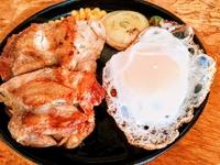 外はカリッと中はジューシーな若鶏のガーリックチキンステーキとオールビーフ手造りハンバーグの目玉焼きのせ!総重量380g
