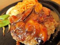 人気の肉汁溢れる手ごねハンバーグステーキ!テンダーロインやサーロイン、リヴロース、上タンなど7種以上の端材を使用し一つ一つ手造りしているハンバーグは旨味たっぷりです。
