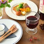 お子様も大人と同じような食器で、食材で食事を楽しめます。例えば、大人はワインを楽しむ勝沼醸造によるぶどうジュースをご用意。アレルギーが気になるお子様は、事前に相談を。