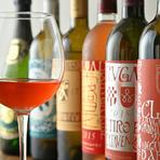 個性的なエチケットの勝沼醸造のワインは国内でのブドウ栽培から力を入れ、ヴィーガン料理に寄り添ってくれます。また、有機栽培のブドウを使用した「ビオワイン」も揃えています。