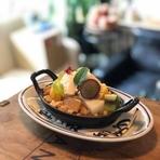 焼き林檎×季節の果物×米粉のクランブル×豆乳バニラジェラートを組み合わせたあたたかいパルフェ。小麦を使わないスイーツ。