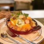 元は冬限定のスイーツでしたが、リクエストが多く定番となったスイーツです。米粉のクランブルのサクサク食感、甘くて温かな焼きリンゴ、そしてひんやり冷たい自家製ソイバニラジェラートの組み合わせが絶妙。