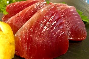 1人前から注文できる、旬の鮮魚の多彩な味わい『お造り盛り合わせ』
