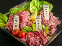 ロース・カルビ・カイノミ等の赤身肉と京赤地鶏・季節の野菜を併せて御提供致します。 ※鹿児島黒牛を主に取り扱っています。