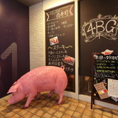 目印は豚さんと壁面いっぱいの黒板メニュー