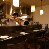 カウンター席からシェフの手際も見渡せるオープンキッチン