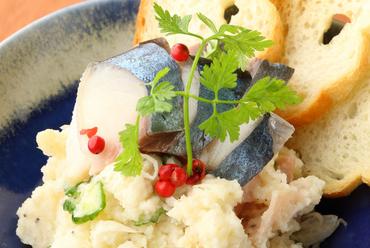 風味豊かなポテトにしめ鯖がアクセント『アネモネポテトサラダ バケット添え』