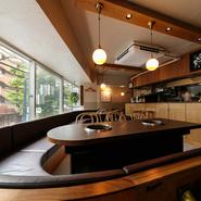 大きく湾曲した特徴的なソファー席と、大きな窓が開放感を演出する店内。店内奥には個室感覚で利用できるテーブル席もあり。オシャレでありながら幅広いシーンにフィットする機能性が見事。
