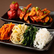 野菜ソムリエでもある店主が手掛ける『手作りナムル』『手作りキムチ』。良質な国産野菜を、お店独自ブレンドの自家製ダレと絡めて。「特選近江牛」のパートナーにふさわしい逸品です。