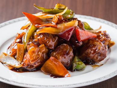 豚肉と野菜に絡む、酸味とコクのある黒酢ダレが絶品『黒酢酢豚』
