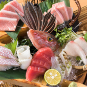 その日に届く鮮魚が並ぶ『本マグロ劇場 刺身盛り』